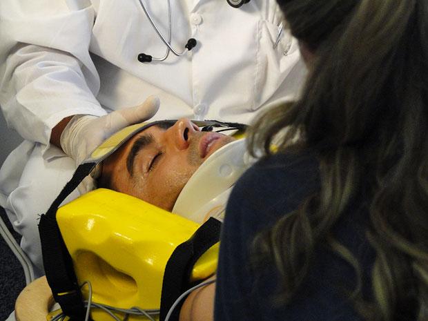 Vicente é resgatado de avião (Foto: Aquele Beijo/TV Globo)