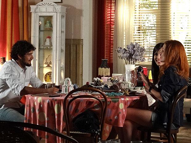 Nanda conta sua ideia para o irmão, e pede ajuda (Foto: A Vida da Gente/TV Globo)