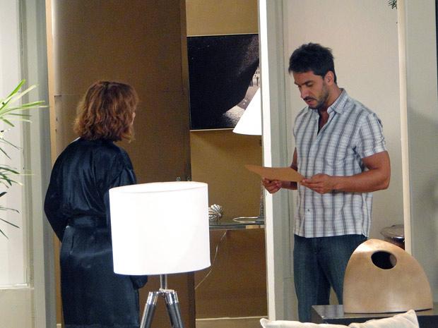 Enzo pega o bilhete e mostra para Danielle (Foto: Fina Estampa/TV Globo)