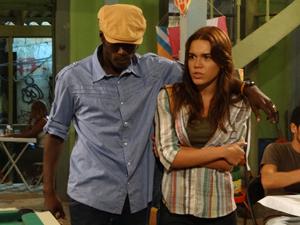 Fôjo diz para Natália que Jefferson vai entrar no próximo show andando (Foto: Malhação / TV Globo)