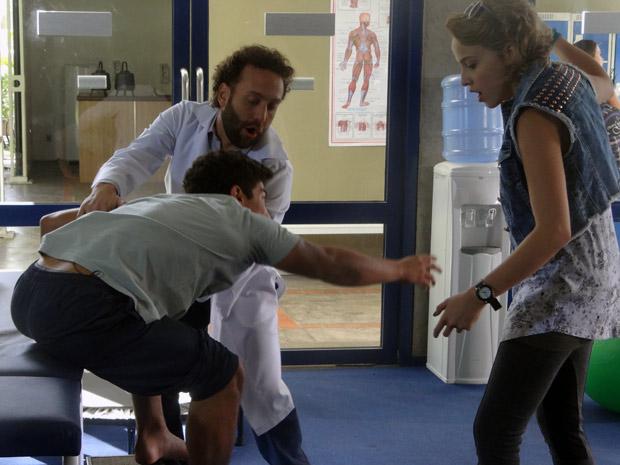 Jefferson consegue mexer o pé (Foto: Malhação / TV Globo)
