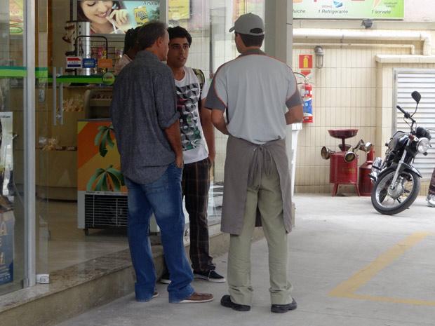 Nelson promete ajuda Ziggy a esclarecer a demissão de Guido (Foto: Malhação / TV Globo)