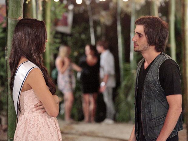 Agenor se emociona ao relembrar tudo o que viveu com Belezinha (Foto: Aquele Beijo/TV Globo)