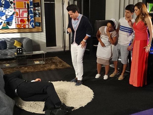 Tereza Cristina insinua que os dois têm um caso e o motorista desmaia (Foto: Fina Estampa/TV Globo)