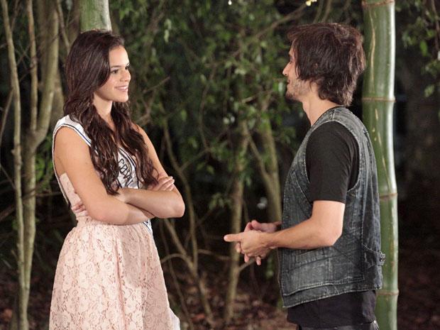 Belezinha lembra que o amor está batendo à porta de Agenor (Foto: Aquele Beijo/TV Globo)