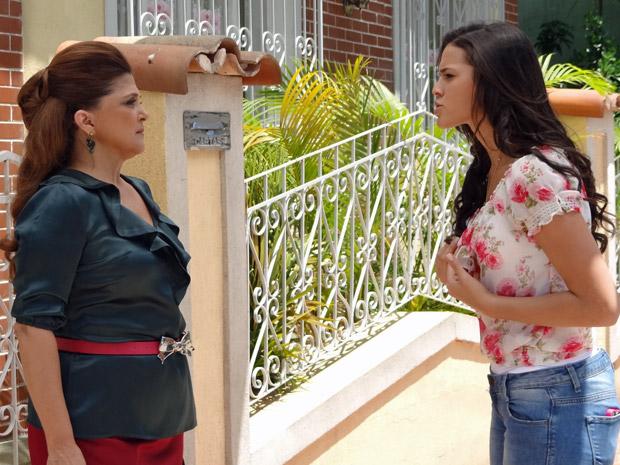 Belezinha conversa com Íntima  (Foto: Aquele Beijo/TV Globo)