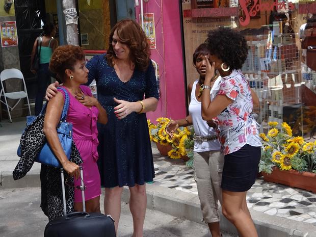 Diva volta para o Covil do Bagre (Foto: Aquele Beijo/TV Globo)
