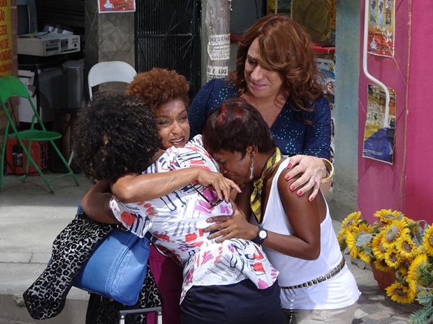 Sarita e Marisol se emocionam ao reencontrar Diva depois de 20 anos (Foto: Aquele Beijo/TV Globo)
