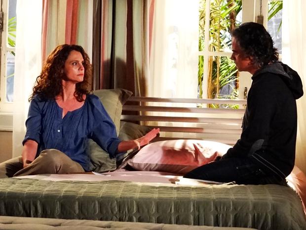 Dora não acredita na atitude de Marcos e se estressa com o marido (Foto: A Vida da Gente/ TV Globo)