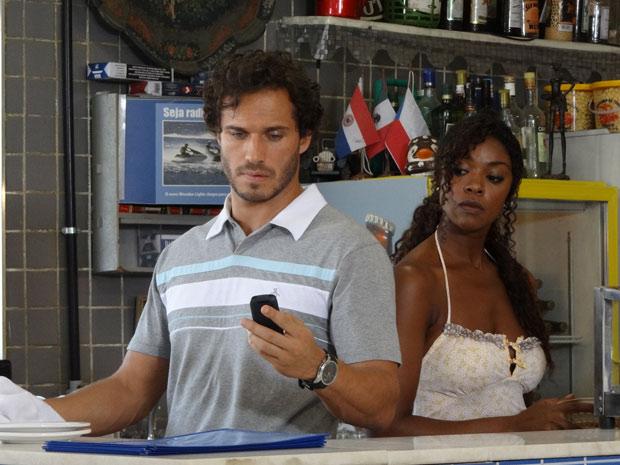 Guaracy não atende ligação de Esther (Foto: Fina Estampa / TV Globo)