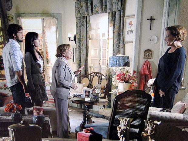 Eva é pressionado por Rodrigo, Manu e Iná (Foto: A Vida da Gente / TV Globo)