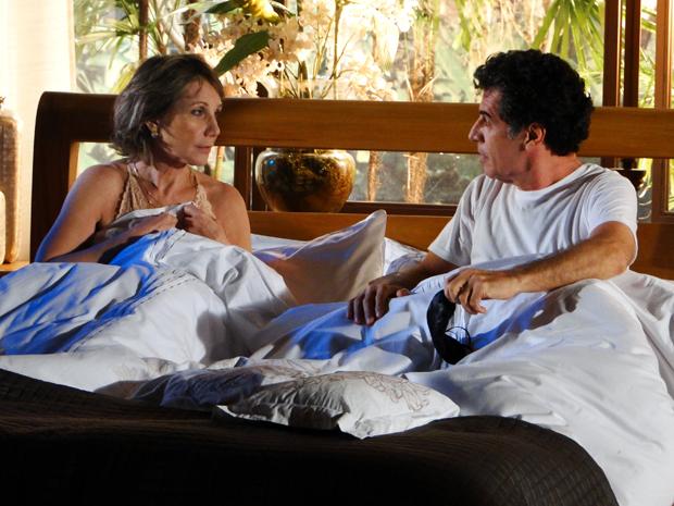 Após receber massagem relaxante, Jonas leva Ângela para cama (Foto: A Vida da Gente/ TV Globo)