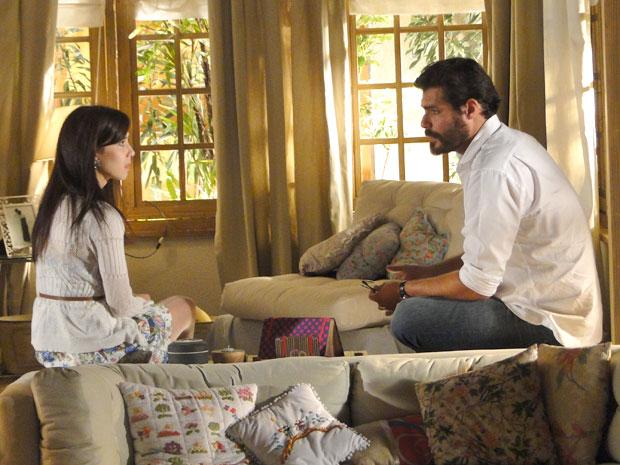 Lúcio revela a Manu a surpresa que Eva está preparando para Ana (Foto: A Vida da Gente / TV Globo)