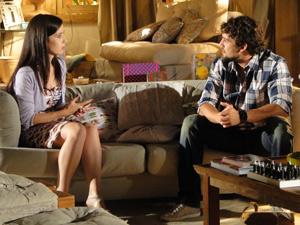 Antes de serem chamados, casal conversa sobre Júlia (Foto: A Vida da Gente/ TV Globo)