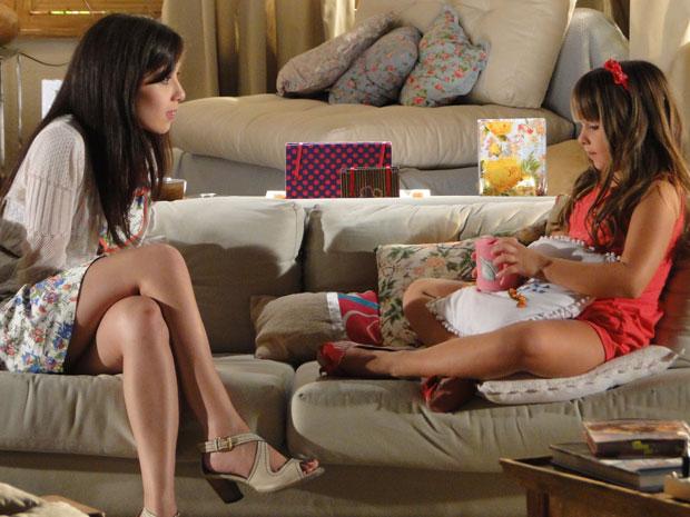 Manu tenta tirar a verdade de Júlia (Foto: A Vida da Gente / TV Globo)