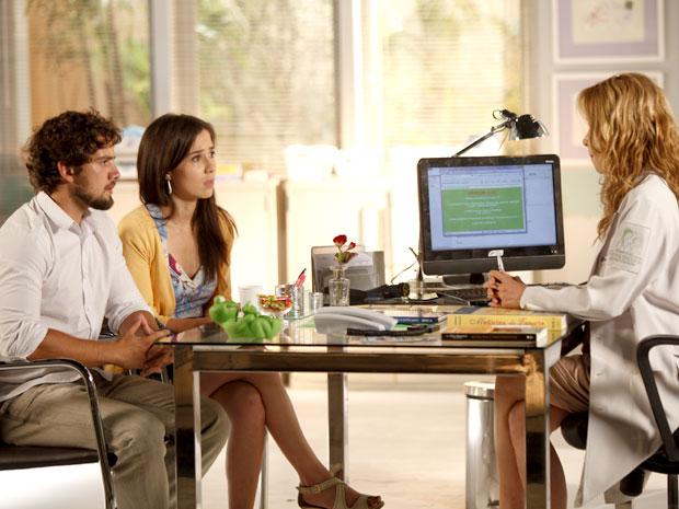 Celina revela a dura verdade aos pais de Júlia (Foto: A Vida da Gente / TV Globo)