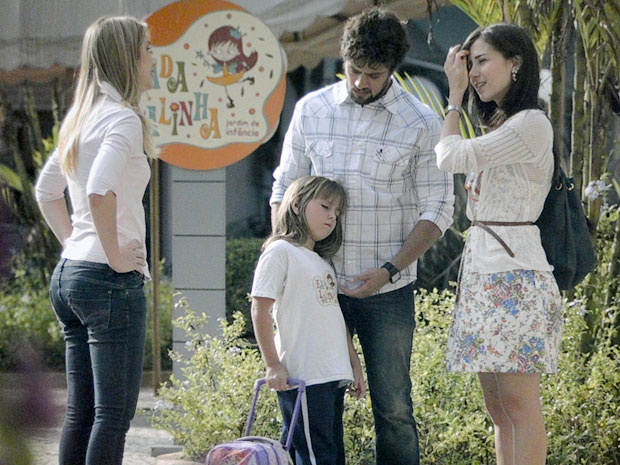 A professora de Júlia diz que Júlia não está bem (Foto: A Vida da Gente / TV Globo)
