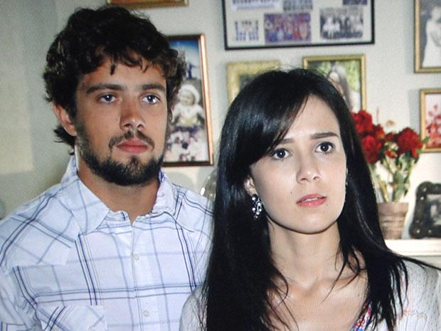 Manu e Rodrigo ficam indignados com a falta de noção de Eva (Foto: A Vida da Gente / TV Globo)