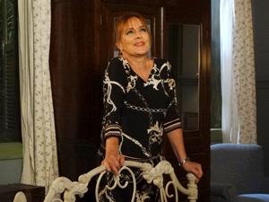 Olga feliz da vida (Foto: Aquele Beijo / TV Globo)