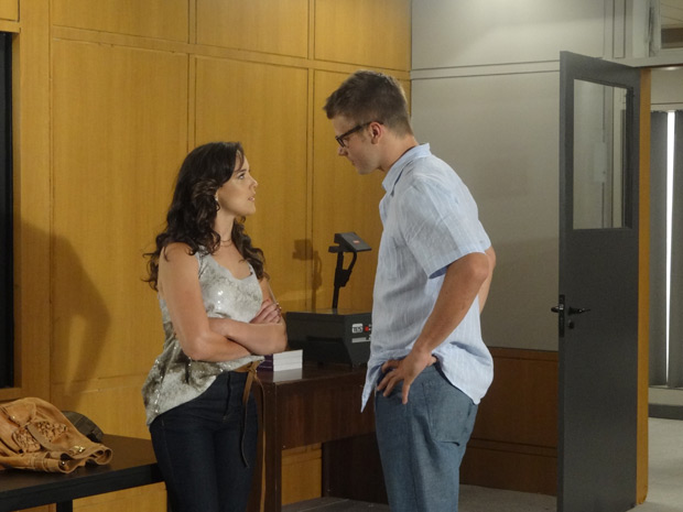 Patrícia fica chocada com a postura de Alexandre (Foto: Fina Estampa / TV Globo)