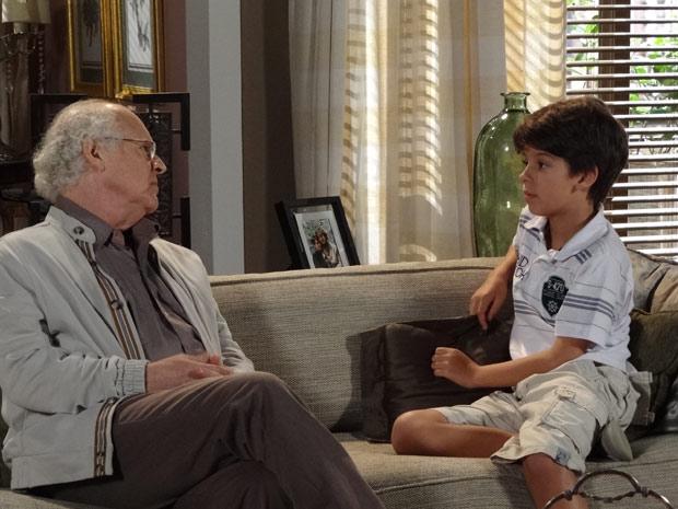 Assustado, Pedro Jorge pergunta ao avô se Danielle vai virar mendiga (Foto: Fina Estampa / TV Globo)