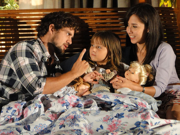Juntos, Rodrigo e Manu contam história para fazer Júlia dormir (Foto: A Vida da Gente/ TV Globo)