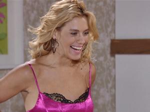 Teodora também fica toda animada com a ocasião (Foto: Fina Estampa/TV Globo)