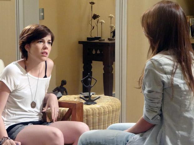 Alexia fica chocada quando Natália lhe conta que foi Moisés quem atropelou Vinícius (Foto: Malhação / TV Globo)