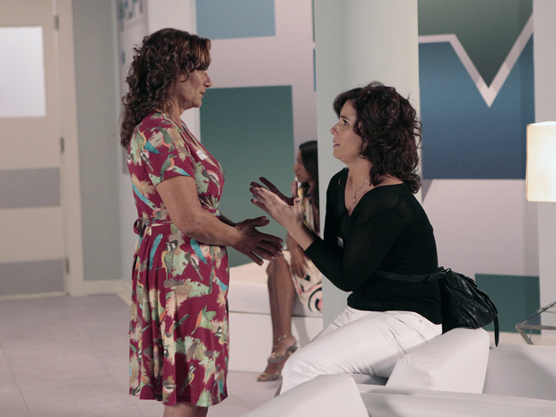 Claudia implora para Amália convencer a Vicente a voltar atrás (Foto: Aquele Beijo/TV Globo)