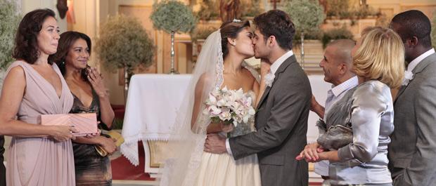 Apesar da confusão, Amália e Rafa trocam as alianças (Foto: Fina Estampa/TV Globo)