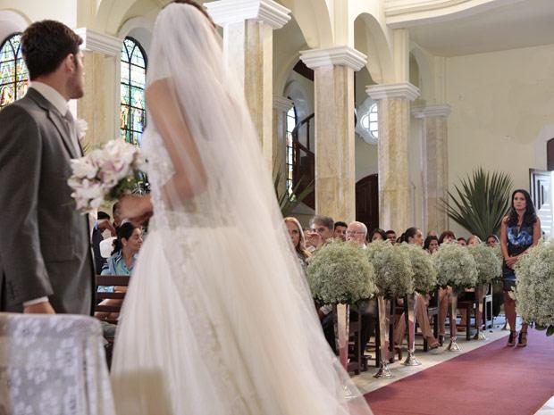 Zuleika nterrompe o casamento de Amália e Rafael (Foto: Fina Estampa/TV Globo)