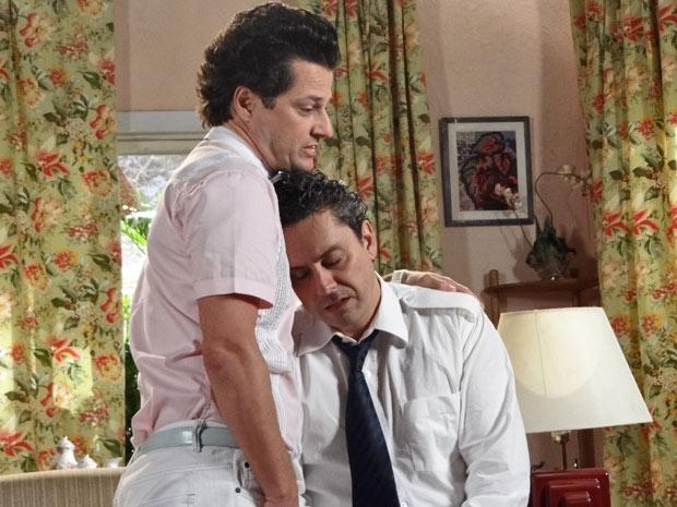 Crô abraça Baltazar e o consola (Foto: Fina Estampa/TV Globo)