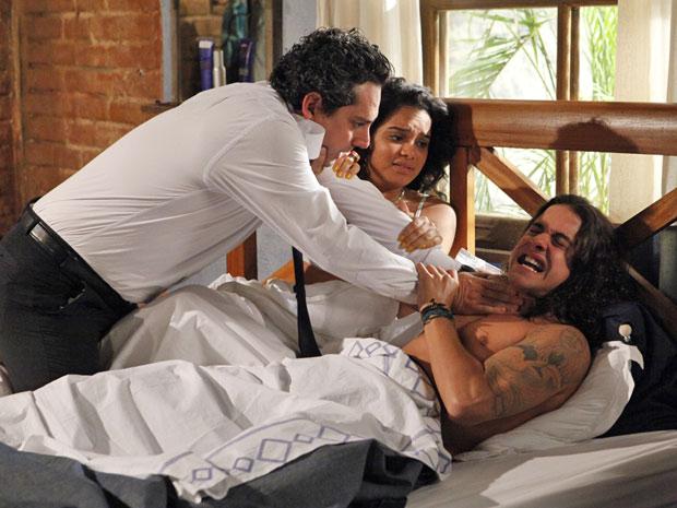 Baltazar parte para cima de Daniel ao vê-lo na cama com Sol (Foto: Fina Estampa/TV Globo)