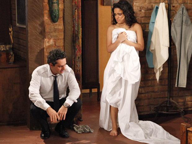 Solange tenta acalmar o pai (Foto: Fina Estampa/TV Globo)