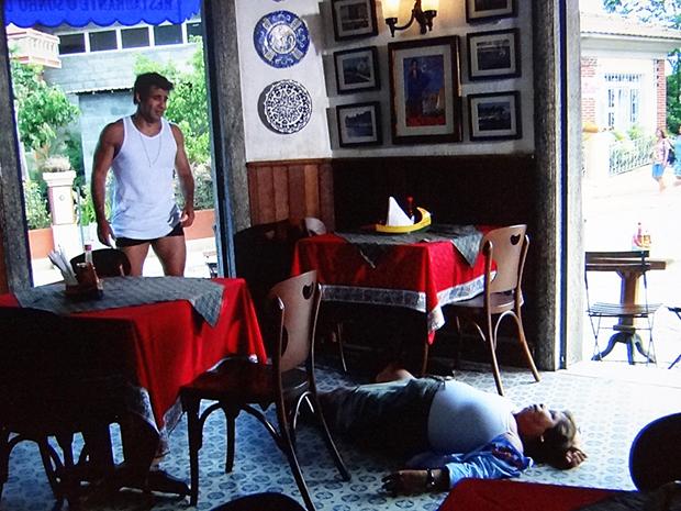 Brites desmaia depois de descobrir que Sebastião perdeu o dinheiro (Foto: Aquele Beijo/TV Globo)