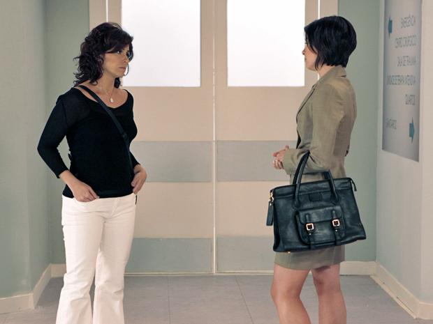 Claudia fica sem graça com a presença de Juliana no hospital (Foto: Aquele Beijo/TV Globo)