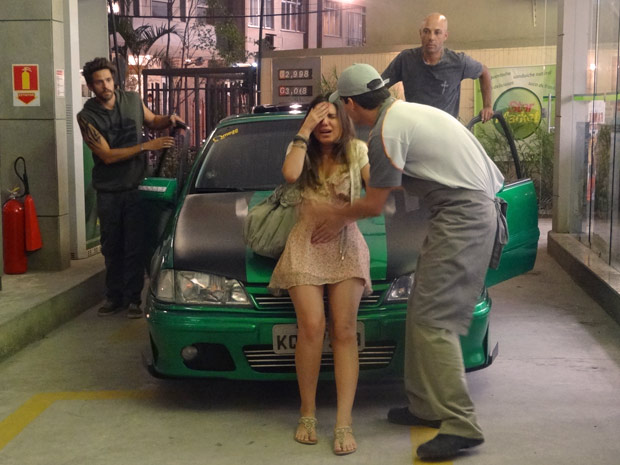 Cristal passa mal  no posto de gasolina (Foto: Malhação / TV Globo)