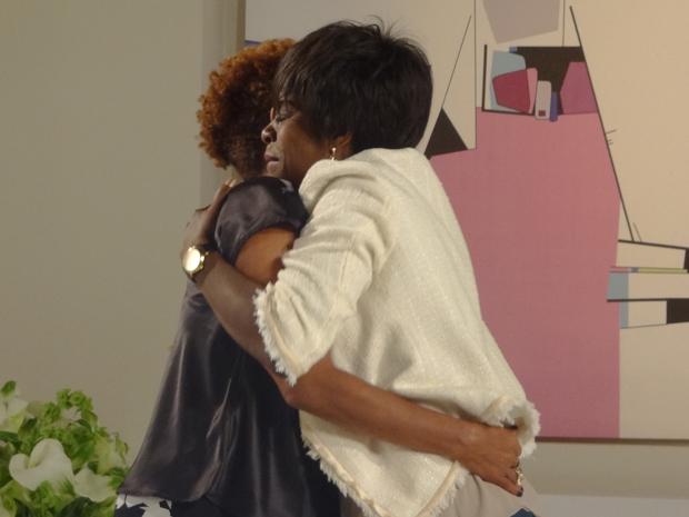 Deusa se emociona ao rever a irmã, Diva (Foto: Aquele Beijo/TV Globo)