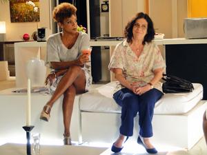 Diva fica de olho no cheque que Deusa entregou a Eveva (Foto: Aquele Beijo/TV Globo)