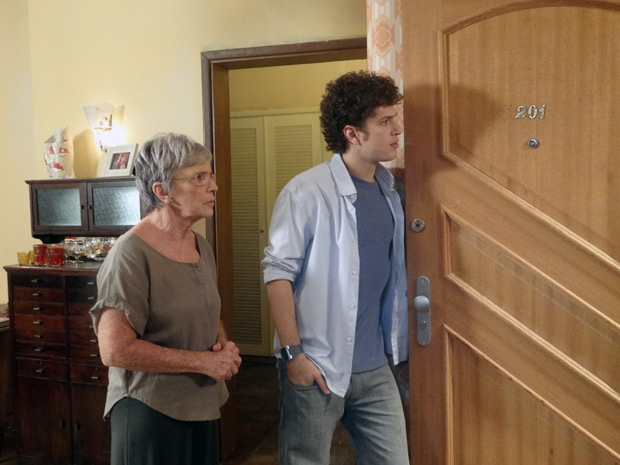 Beatriz e Gabriel são surpreendidos quando abrem a porta e dão de cara com Moisés (Foto: Malhação / TV Globo)
