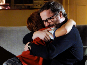 Os dois dão um abraço emocionado (Foto: A Vida da Gente / TV Globo)