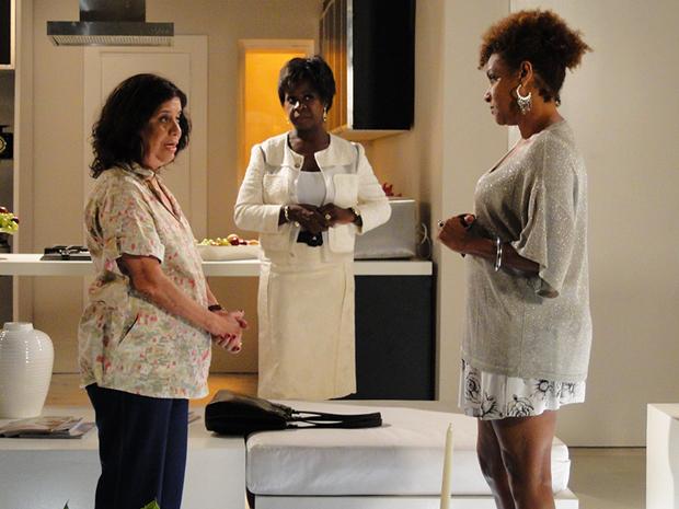 Eveva critica Diva por não dar atenção a Sarita e Marisol (Foto: Aquele Beijo/TV Globo)