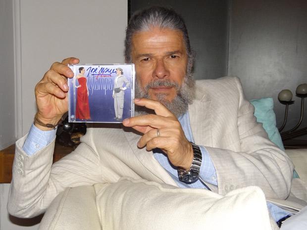 José Mayer posa com CD autografado poe ele (Foto: Fina Estampa/ TV Globo)