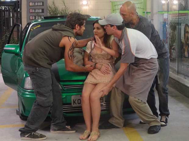 Moisés e Carcará levam Cristal para o hospital (Foto: Malhação / TV Globo)