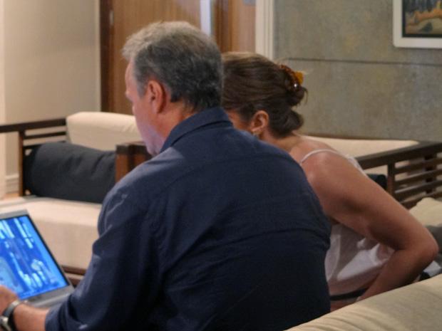 Nelson mostra para Laura as cenas da câmera de segurança da lanchonete (Foto: Malhação / TV Globo)