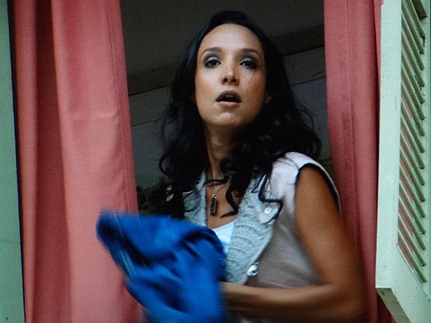 Raíssa joga as roupas de Sebastião pela janela (Foto: Aquele Beijo/TV Globo)