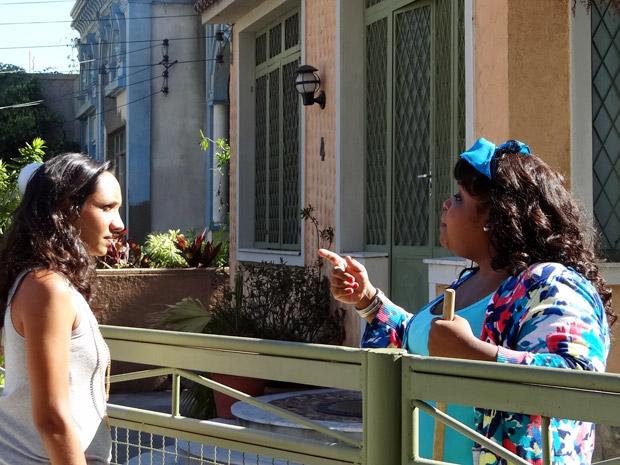 Raíssa vai até a casa de Olavo saber procurar por Violante (Foto: Aquele Beijo/TV Globo)