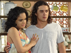 Sol diz para os pais que aceita o pedido do namorado (Foto: Fina Estampa/ TV Globo)