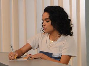 A funkeira fica toda orgulhosa ao dar autógrafo (Foto: Fina Estampa / TV Globo)
