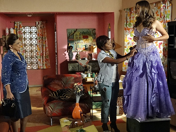 Marisol dá os últimos retoques do vestido (Foto: Aquele Beijo/TV Globo)